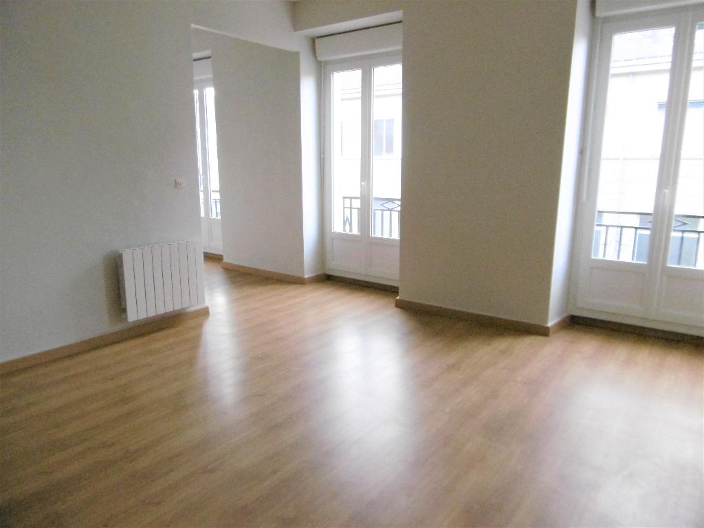 A louer Bretagne Morbihan Pontivy grand appartement de type studio en centre ville