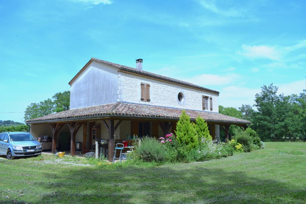 Maison récente avec belle terrasse couverte et grand terrain
