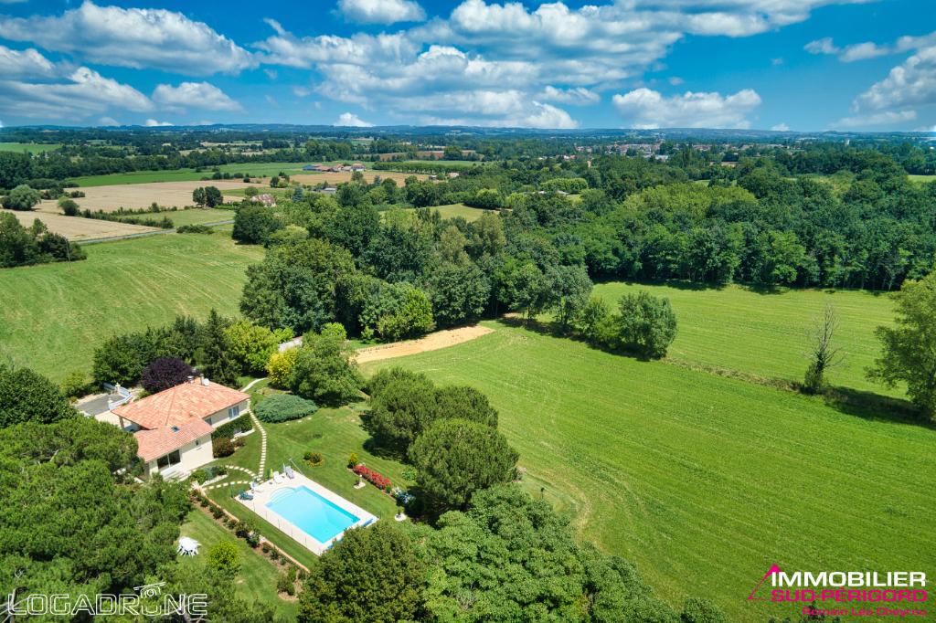 Maison de campagne avec piscine sur 2,7 hectares de terrain .