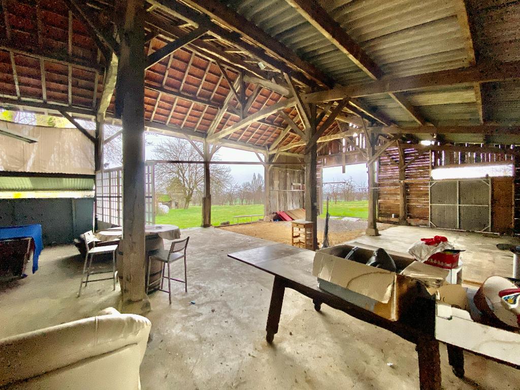 Joli corps de ferme avec plusieurs bâtiments