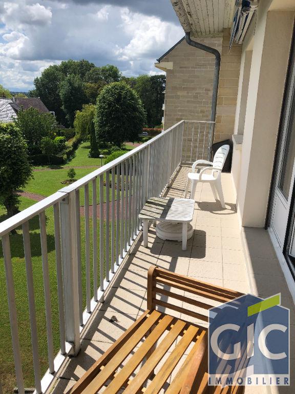 Appartement de 5 pièces avec balcon, cave, parking et garage.