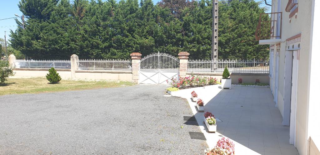 Sale house / villa Gencay 174900€ - Picture 2