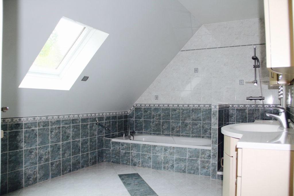 Située dans un environnement privilégié, cette maison de 2004 édifiée sur un sous-sol total vous propose : au rez-de chaussée un triple séjour de 61 m2, une belle cuisine, un cellier, une chambre avec sa salle d'eau, un wc indépendant. A l'étage, 4 chambres, une salle de bains +douche, une autre salle d'eau+ wc. SOUS-SOL TOTAL comprenant un garage de 88 m2 avec ouverture automatique, une buanderie, une cave. BELLES PRESTATIONS dans l'ensemble de la maison (double vitrage en alu, chauffage au sol, volets électriques…) Elle dispose enfin d'un magnifique terrain de 2000 m2 paysagé et arboré. Calme et sérénité tout en étant proche des arrêts de bus desservant gare, collèges et lycées de secteur, ainsi que le lycée international. Entretien du jardin inclus dans le loyer Maison disponible à partir du 6 mai 2019   Christelle HERMAN Agent Commercial – Numéro RSAC : 750110355 – VERSAILLES