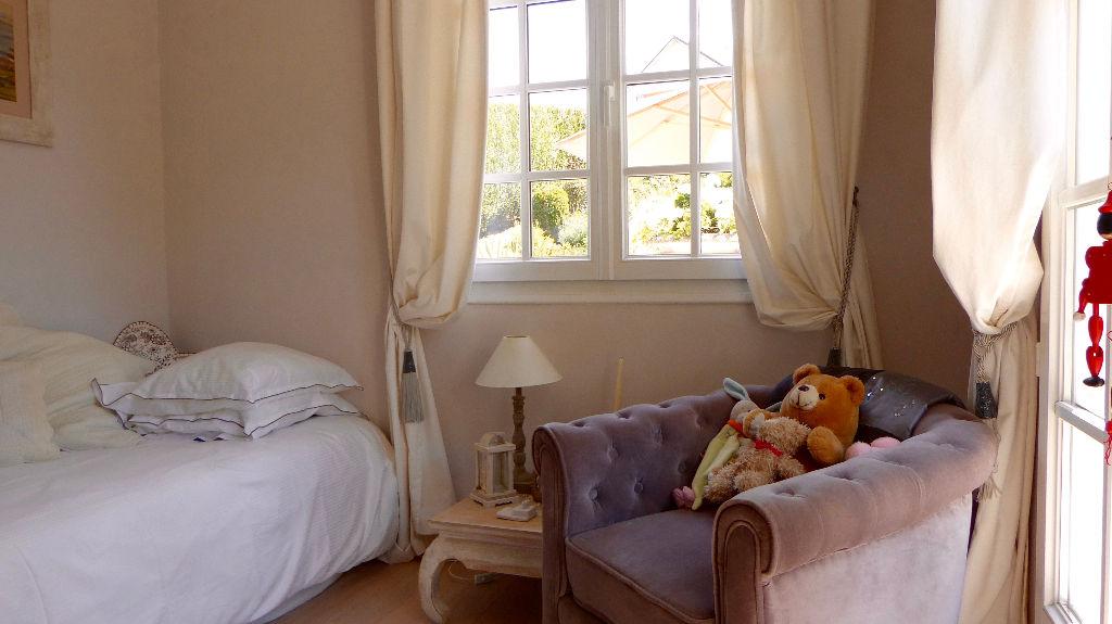 Maison 9 pièce(s) 190 m²                78240 AIGREMONT