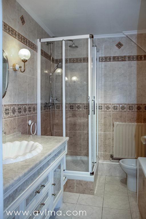 En plein coeur du village et au calme dans une petite résidence, cette maison très bien entretenue vous propose : Au rez de chaussée, une entrée avec placards, un double séjour lumineux agrandi d'une véranda, une grande cuisine ouvrant sur la terrasse, un cellier, un wc indépendant et un garage. A l'étage, 4 chambres dont une suite avec dressing et salle de bains+douche, une deuxième salle de bains, 1 wc. Les combles sont aménagés en une cinquième chambre. Le jardin de 835m2 est joliment arboré et fleuri. Maison libre au 1er avril 2019  Christelle HERMAN Agent Commercial – Numéro RSAC : 750110355 – VERSAILLES