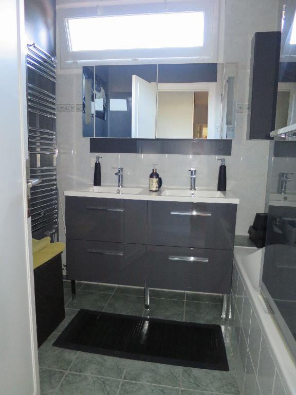 CENTRE VILLE Noisy-Le-Roi: Appartement lumineux rénové avec goût de 118,38m² Carrez, proposant un agréable salon séjour avec une cheminée, et profitant de la loggia orientée sud. Un couloir avec placards dessert 4 chambres, une salle de bains et une salle de douche. Une des chambres, aménagée avec double portes coulissantes, peut être ouverte sur le séjour, créant ainsi un espace de 45m². Double vitrage, électricité refaite, cave, parking sous-sol sont d'autres atouts de cet appartement. Résidence de standing avec gardien et grands espaces verts, à proximité des écoles, commerces et transports. Loyer: 2049euros CC TTC DONT 274 euros de provision pour charges Honoraires locataire: 947euros TTC hors états des lieux Contactez V. Martinet: 06.18.40.32.99 Copropriété de 433 lots (). Vanessa MARTINET Agent Commercial – Numéro RSAC : 819509647 –
