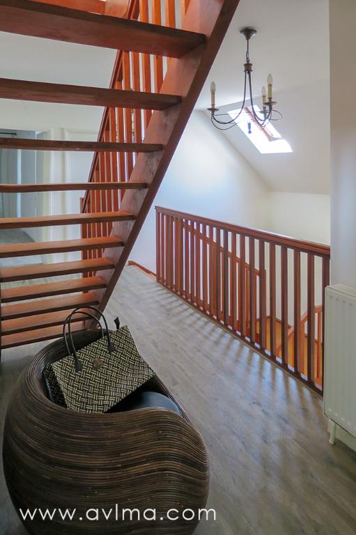 VASTE MAISON rénovée de 239m², dans un domaine recherché de Chavenay. Le spacieux salon séjour orienté sud au parquet reponcé donne sur un grand jardin et une belle terrasse neuve, avec jacuzzi. La cuisine ouvre également sur la terrasse. A l'étage, les chambres sont spacieuses et avec des rangements. La vaste suite parentale bénéficie d'un dressing, d'une salle de bains avec WC, et d'un accès au balcon orienté ouest. Les combles proposent 2 pièces ainsi qu'un grenier ou dressing. Surface au sol d'environ 270m². BELLES PRESTATIONS dans l'ensemble de la maison: huisseries double vitrage récentes, volets électriques, jacuzzi, radiateurs neufs, garage de 28m² Accès piscine chauffée et tennis du domaine à proximité. Honoraires locataire 1913 euros TTC hors état des lieux  Christelle HERMAN Agent Commercial – Numéro RSAC : 750110355 – VERSAILLES