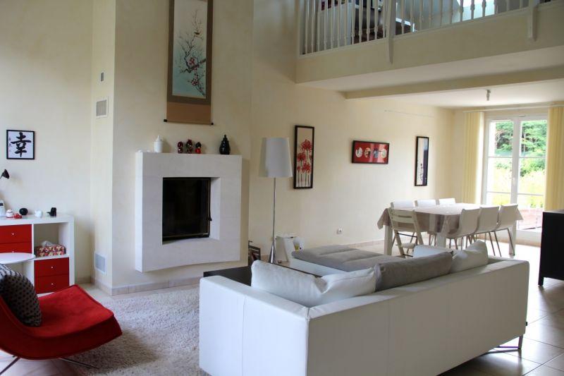 Au sein d'un domaine récent, sécurisé (gendarmerie à cheval à l'entrée) et international, cette maison de 164 m2 habitables (224m2 utiles) vous propose : Au rez de chaussée, un double séjour de 43 m2, une cuisine entièrement équipée, un wc, une chambre avec sa salle d'eau, une suite parentale (chambre+dressing+grande salle d'eau+wc), une buanderie, un garage double. A l'étage, une belle mezzanine , deux chambres avec placards, une salle de bains+wc, une salle de jeux. Un jardin de 577 m2 entoure la maison, belle terrasse plein sud. Entretien du jardin inclus dans le loyer. Arrêts de bus pour les gares, collèges, lycées et lycée international à l'entrée de la résidence. Maison disponible au 1er juillet  Pour tout information complémentaire, n'hésitez pas à contacter C.Herman au 06.64.90.15.57  Christelle HERMAN Agent Commercial – Numéro RSAC : 750110355 – VERSAILLES