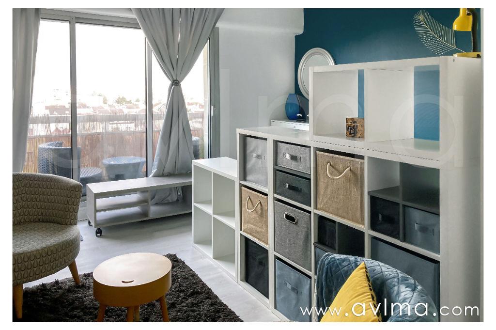 Visite virtuelle possible – AVLMA vous présente en location meublée un studio de 30m² récemment rénové au dernier étage, proche de la limite avec Rueil-Malmaison. Le salon avec son coin nuit offre 15m² tournés vers l'agréable balcon à la vue dégagée, où vous pourrez passer d'agréables soirées. La cuisine équipée spacieuse propose de nombreux rangements. Salle de bains avec douche, toilette séparé, placards, interphone, huisseries en aluminium double vitrage. Une place de stationnement dans un box en sous-sol fait partie de la location. Proche toutes commodités. A 500m du centre ville du Rueil Malmaison. Station de bus (Boulevard National) bus 258 et 259 desservant l'Esplanade de La Défense en 25 min. Libre immédiatement Loyer hors charges: 840euros HC Loyer charges comprises: 995euros CC (comprenant le chauffage) Honoraires locataire: 349 euros TTC hors état des lieux. Contactez V. Martinet (RSAC 819509647): 06.18.40.32.99 Copropriété de 71 lots (Pas de procédure en cours). Vanessa MARTINET Agent Commercial – Numéro RSAC : 819509647 –