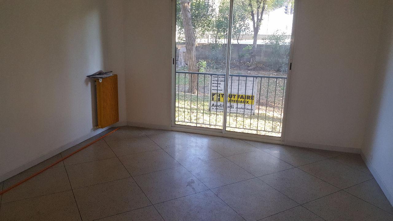 Nous vous proposons à la vente cet appartement type 4 de 70 m² en trés bon état.<br/>Composé d'un salon, d'une cuisine séparée, de trois chambres, d'une salle de bain, d'un dressing et wc séparé.<br/>Les menuiseries sont en PVC double vitrage.<br/>Chauffage collectif.<br/>Il est proche des commerces, des écoles, des axes routiers ( L2 à 2 min) et à 1 min à pieds du métro.<br/>Copropriété fermé avec portail à code.<br/>Idéal pour un premier achat ou un investissement locatif.