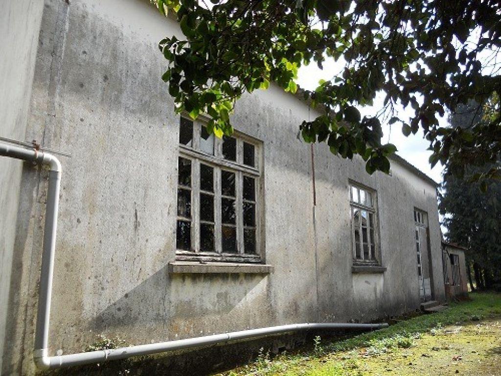 Entrep t de 200 m avec un atelier en parpaing et petit for Acheter maison morbihan