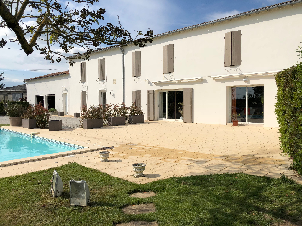 Spacious Charentaise with double Garage and swimming pool