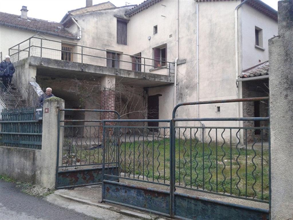 Gard-30- Proche st Ambroix  sur 337m2 de jardin maison avec nombreuses caves . Appartement lumineux donnant sur grande terrasse. Possibilité de créer deux T3.prévoir travaux<br>à voir également sur www.saint-ambroix.letuc.com REF : 3852 <br>