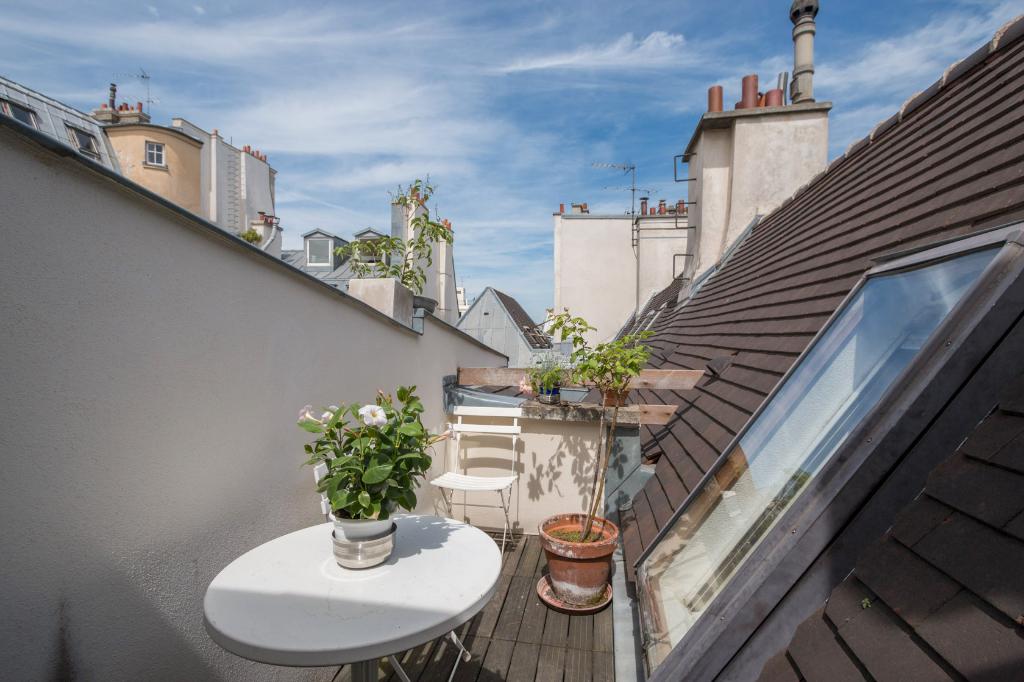 duplex sous les toits d 39 un h tel particulier paris 75000. Black Bedroom Furniture Sets. Home Design Ideas