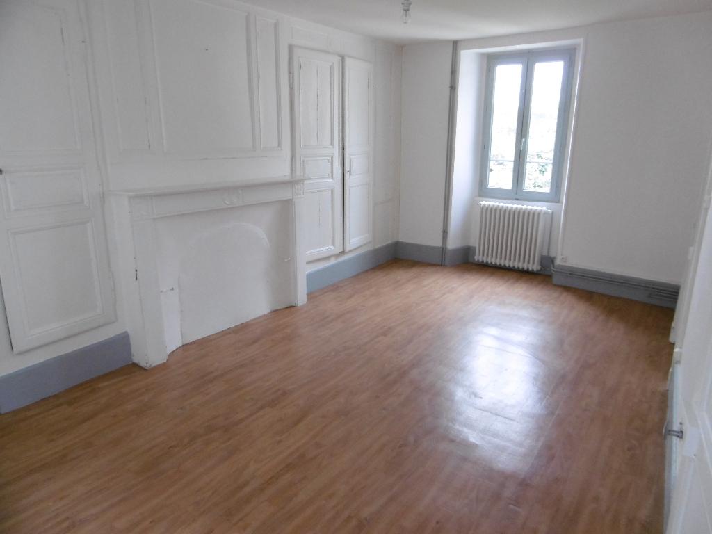 FELLETIN Appartement en rez de chaussée, une chambre, chauffage gaz de ville