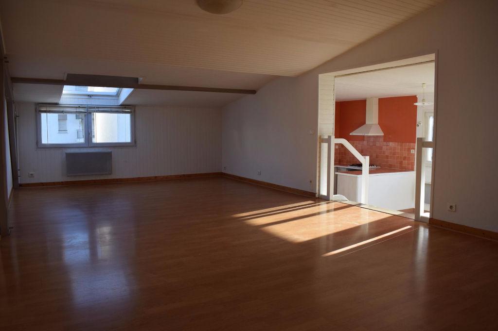 <br /> À vendre appartement de type 5 proche De Gaulle et Marché<br />