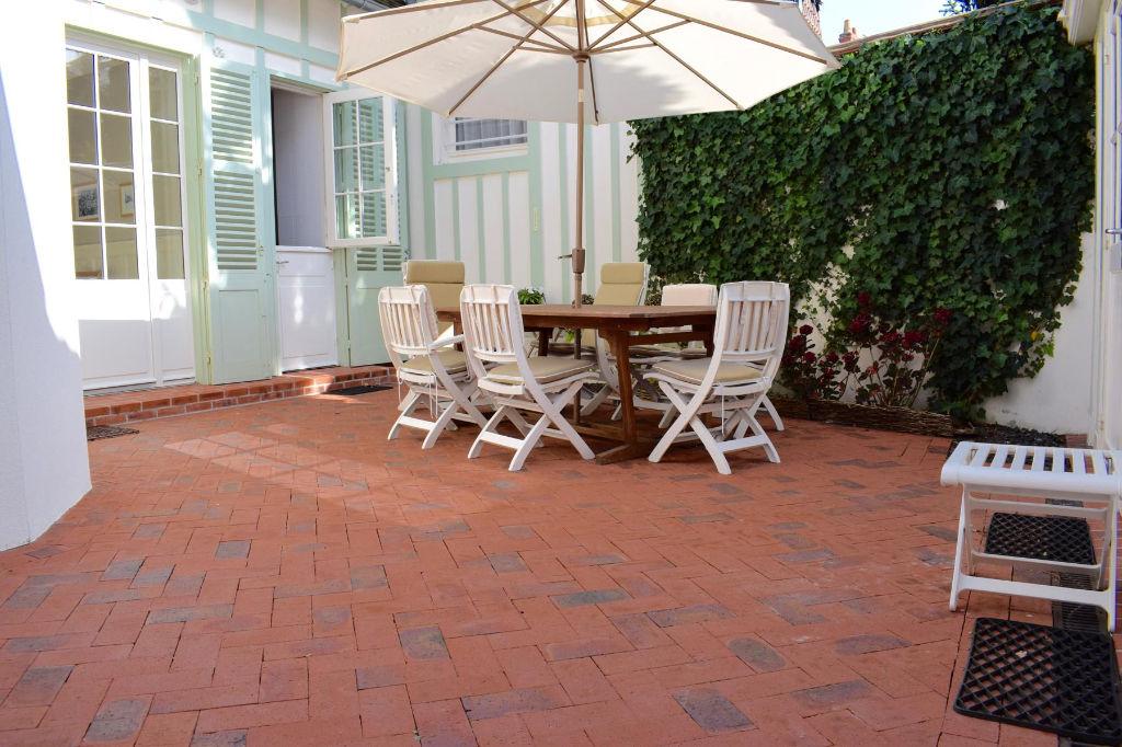 À vendre charmante villa au coeur du quartier benoit, à 100m de la plage, calme