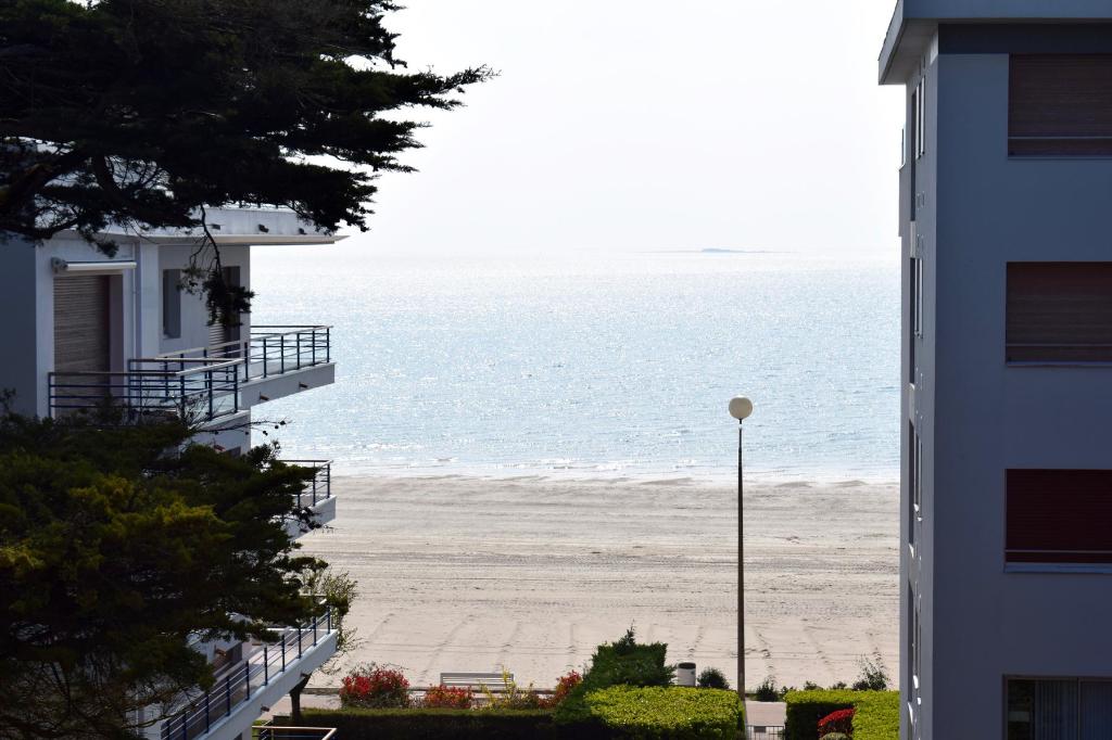 <br /> À vendre 3 pièces Face mer en retrait quartier Benoit accès direct plage, proche du jardin public, calme & résidentiel<br />