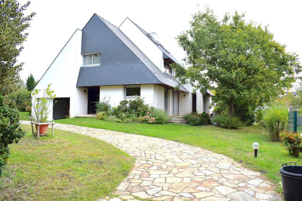 À vendre maison contemporaine sur les coteaux baulois à quelques minutes du centre de La Baule, calme