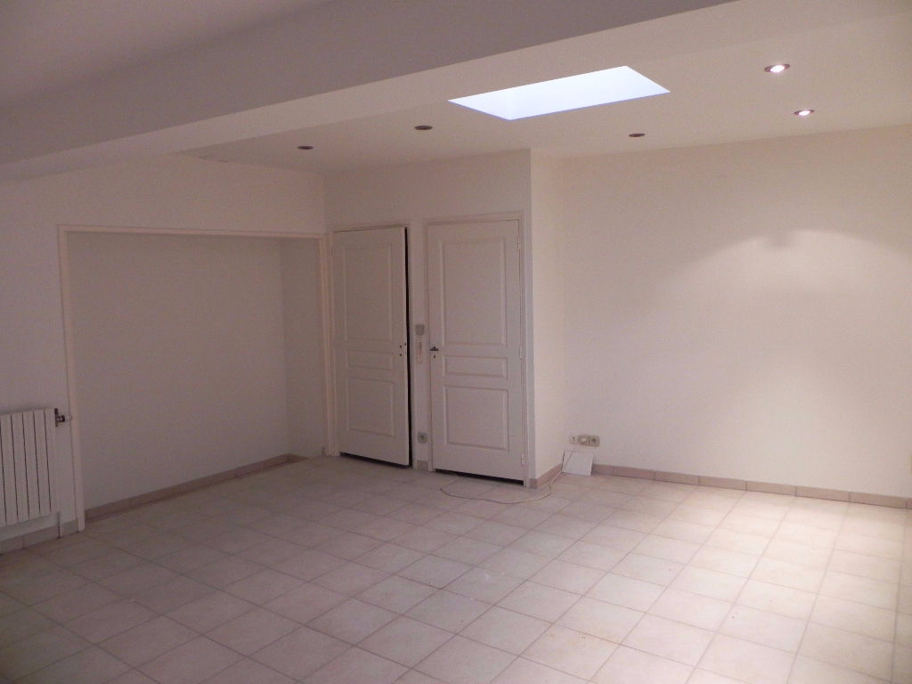 Building with apartment and commercial premises in the center of Apt