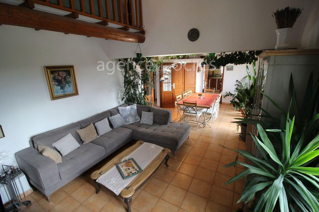 Maison de 215m² habitable avec piscine.