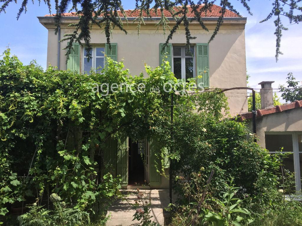 Maison de ville 4 chambres, avec  jardin et terrasse sous treille