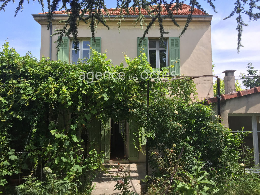 City house with 4 bedrooms, garden and sheltered terrace