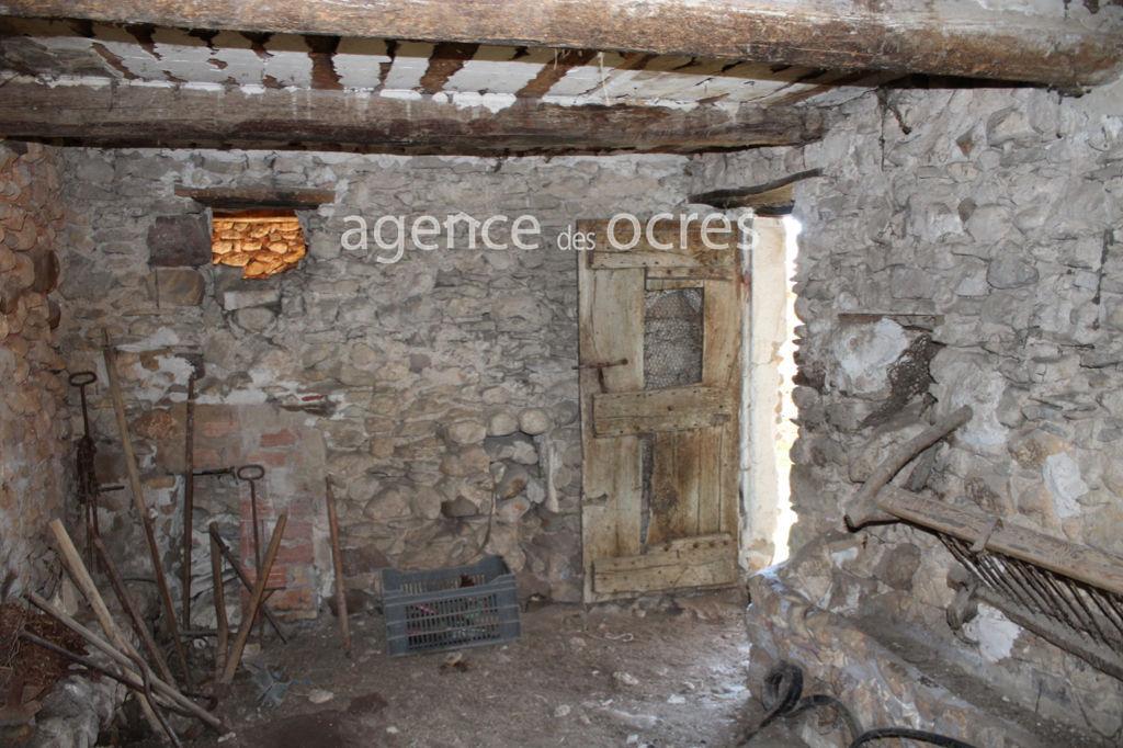 Maison de hameau à rénover avec extérieur clos.