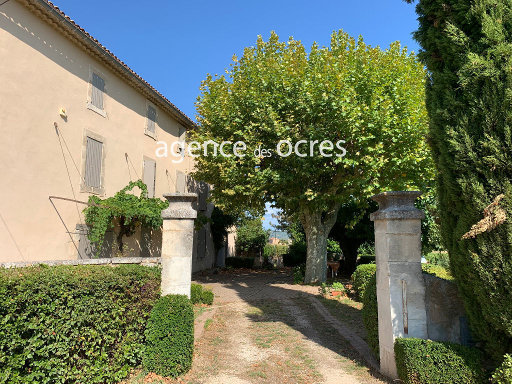 Old Provençal Mas surrounded by vineyards on 4000m2