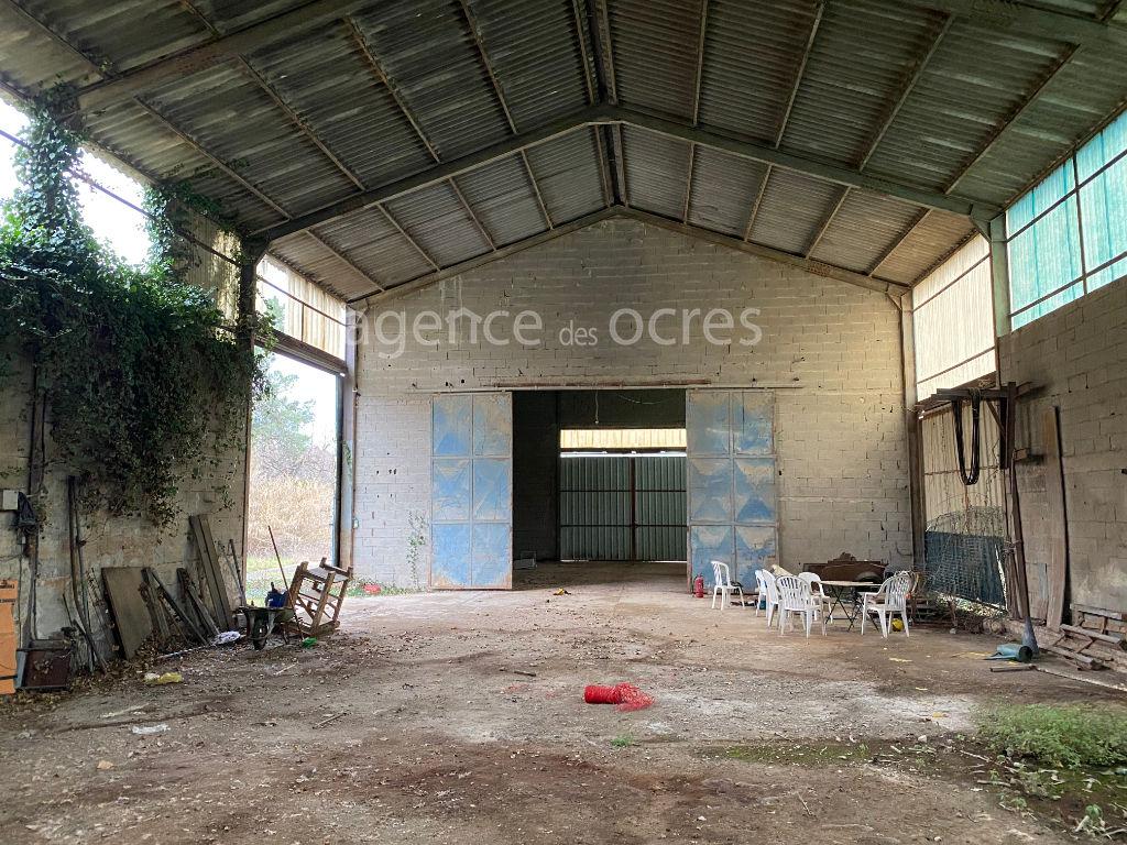 Propriété à Roussillon, ancienne usine avec hangars et terrain 2.8 HECTARES