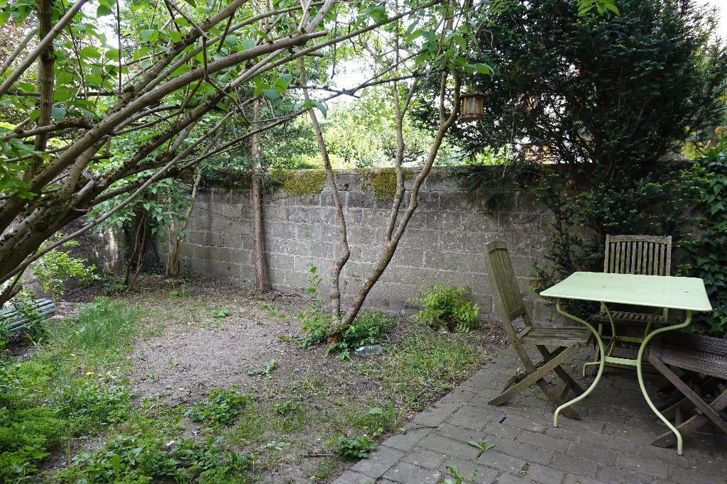 TOURS VELPEAU. Maison de ville avec jardinet et garage.