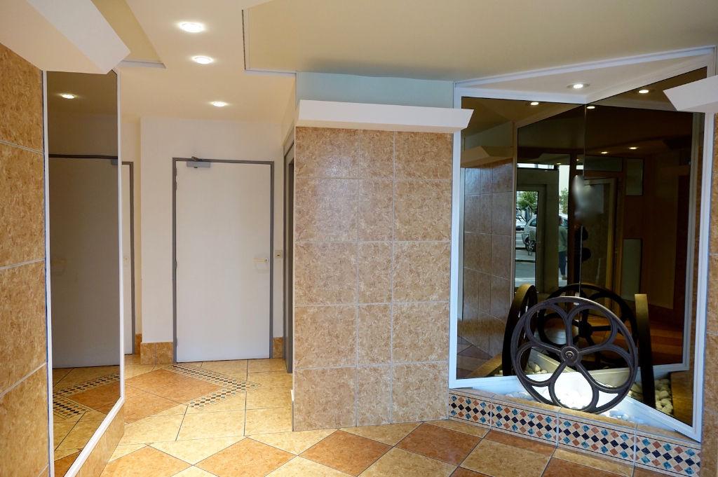 TOURS HYPER CENTRE;. Appartement T2 avec ascenseur et place de parking.
