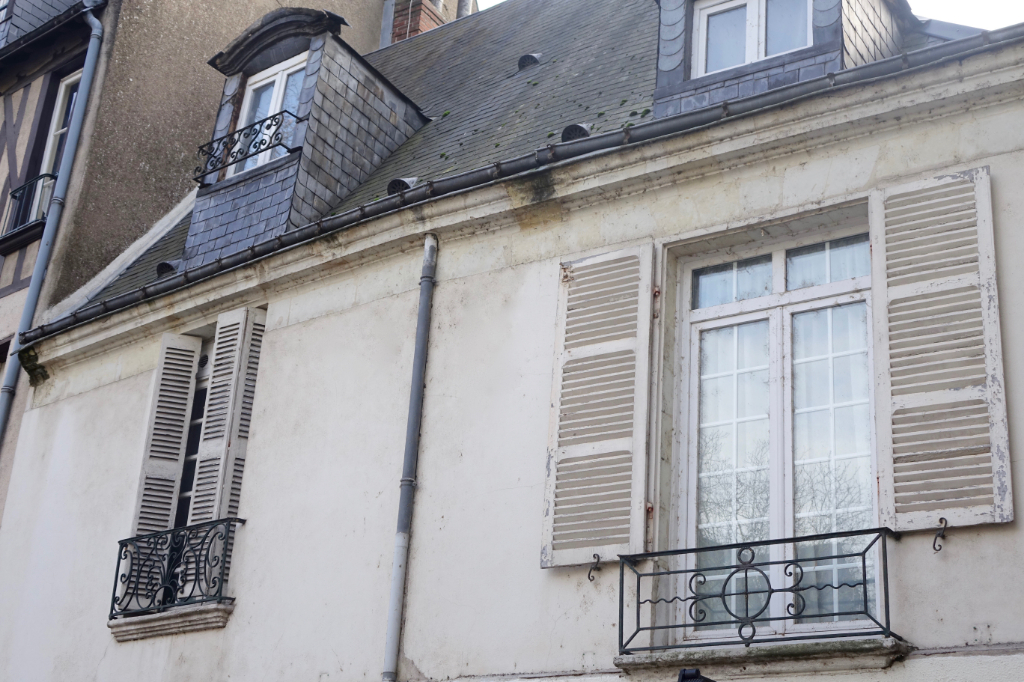 TOURS HALLES; Bel appartement de caractère rénové, avec terrasse..