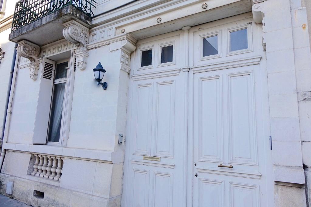 TOURS Béranger. Particulier de caractère avec partie pro, terrasse et garage.
