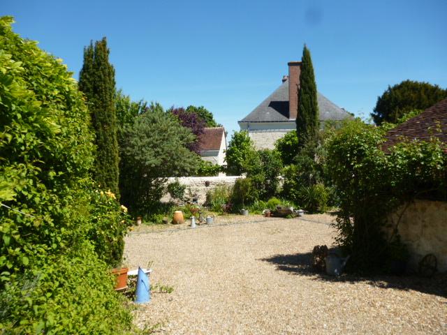 Au Sud-ouest de Tours. Achat d'une belle propriété composée d'une Maison Bourgeoise du XIXème siècle et de 3 dépendances restaurées dont 2 maisons entièrement rénovées et aménagées, le tout sur un jardin clos de 3.000m².