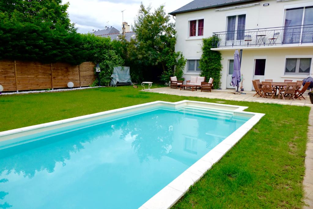 SAINT AVERTIN. Belle maison rénovée avec piscine sur une parcelle de 570 m2.