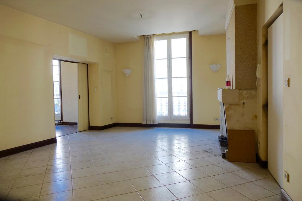 TOURS HALLES. Au coeur des halles, Appartement T3 au 1er Etage, à rénover.
