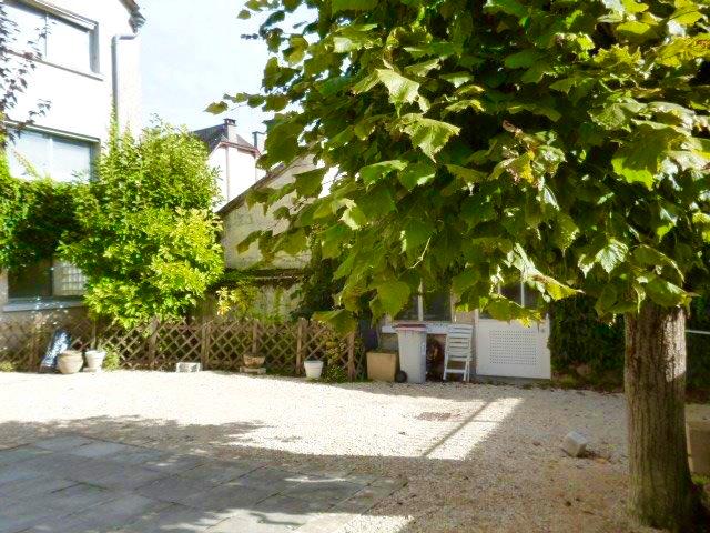 Proche Chenonceau. Belle Maison de Maître, XIXème, parfait état avec jardin de 400 m² environ  et grande dépendance.  Idéal pour une activité commerciale. Garage 3 voitures.
