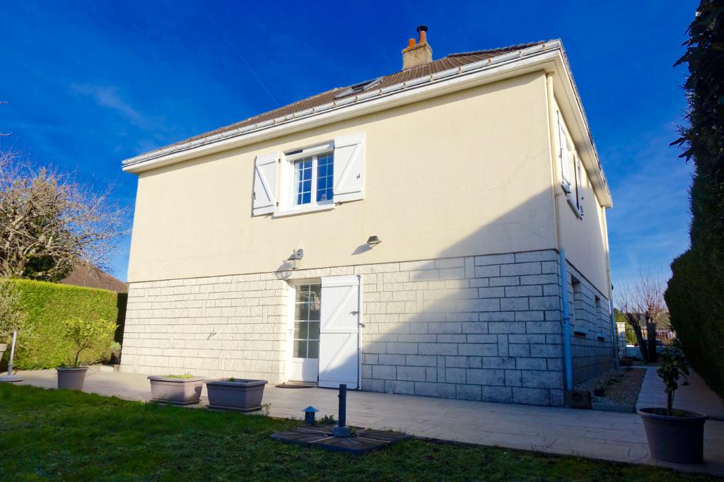 PARCAY MESLAY. Maison entièrement rénové avec terrasse, jardin et garage.