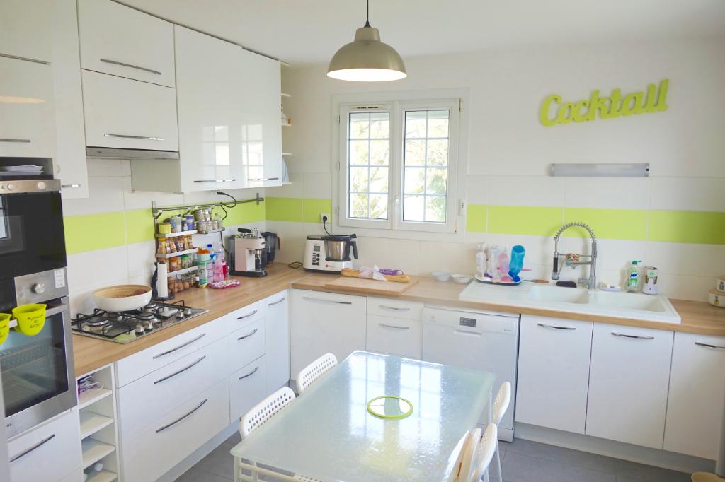 PARCAY MESLAY.  Achat d'une Maison entièrement rénovée avec une terrasse, un jardin et un garage.