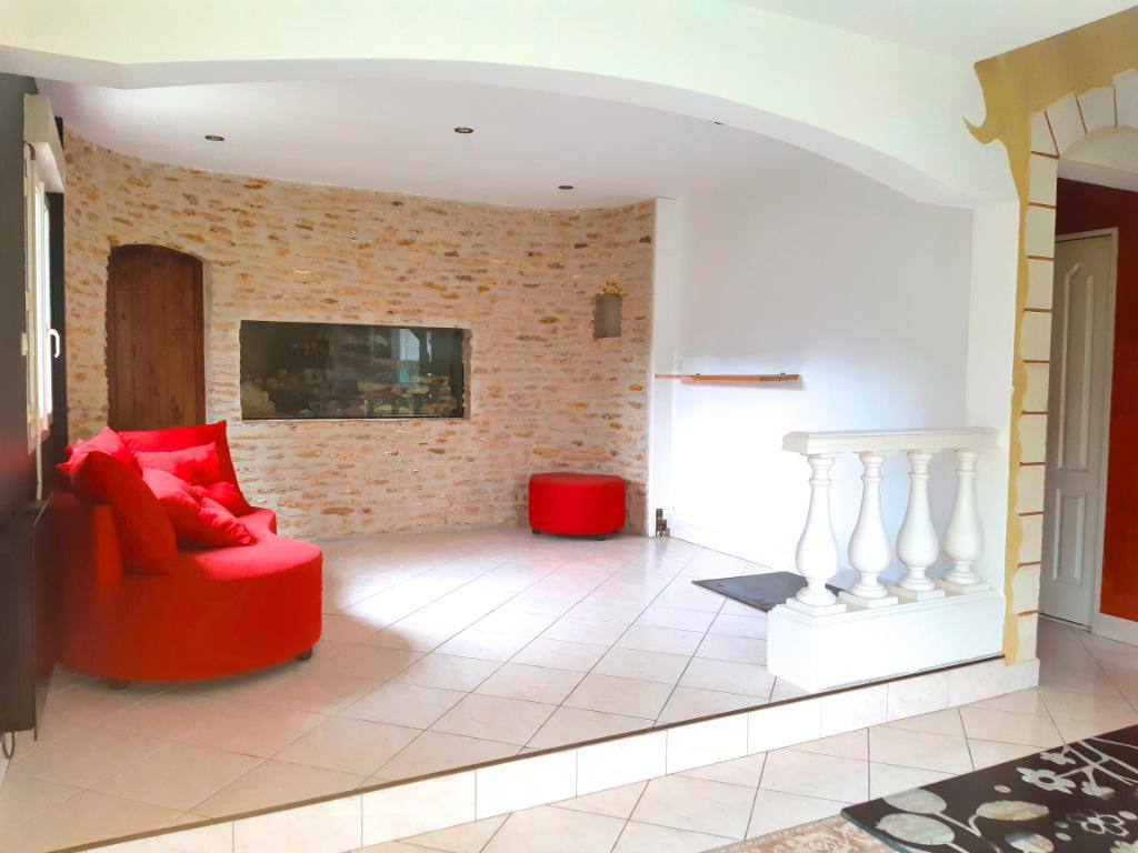 À l'Est de Tours. Charmante Maison avec dépendance sur 900 m² de terrain arboré.