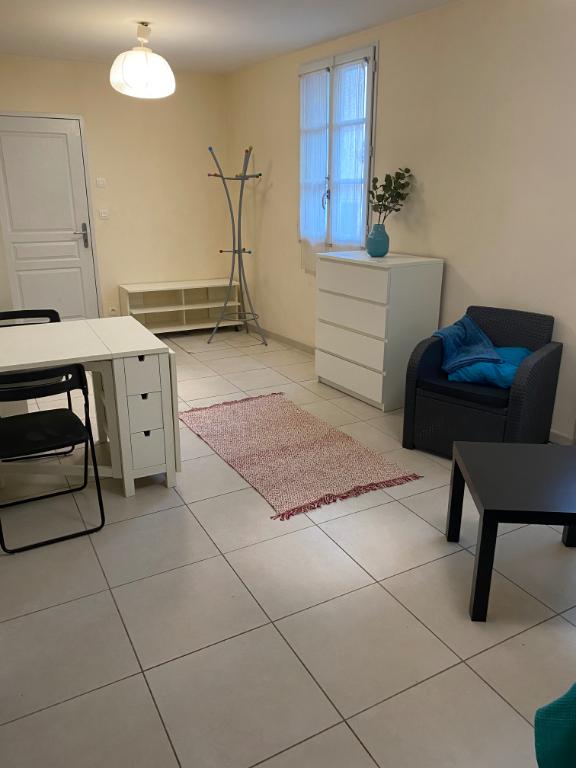 TOURS CATHEDRALE. Studio de 35 m2 Meublé à proximité de toutes commodités.