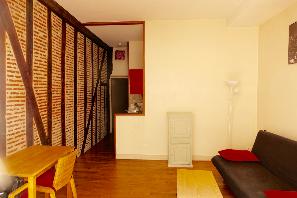 Quartier CATHEDRALE/COLBERT. Appartement de caractère meublé de type 2 avec balcon.