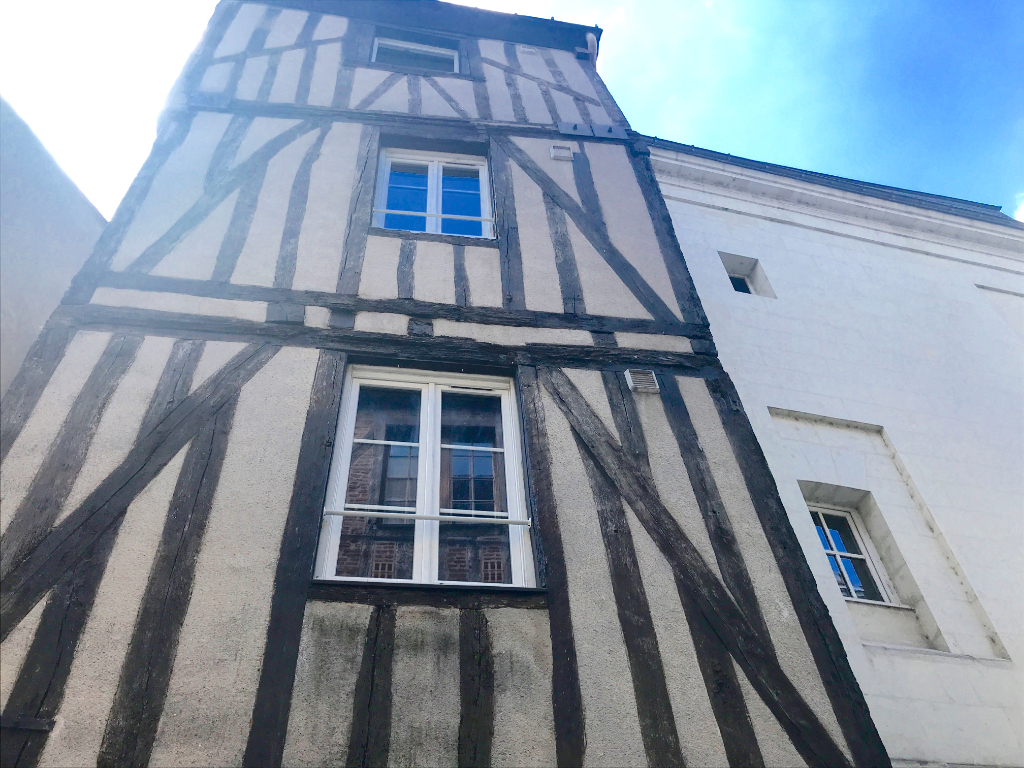 Quartier HALLES/VIEUX TOURS. Type 2 de caractère avec balcon.