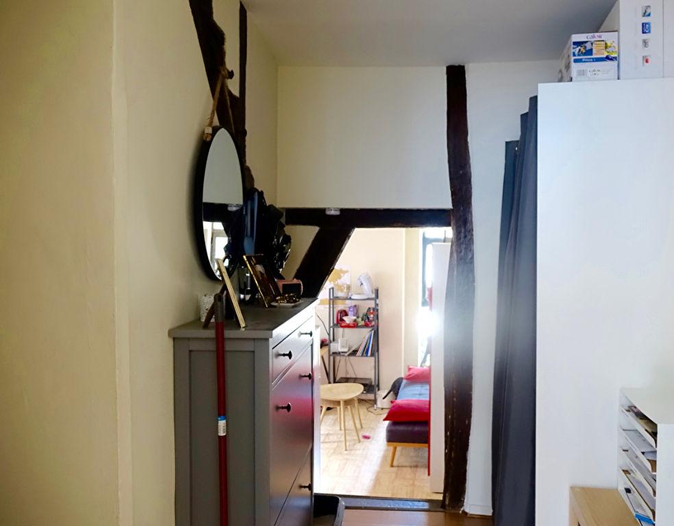 Quartier HALLES/VICTOIRE. Bel appartement type 2. au 2ème Etage.