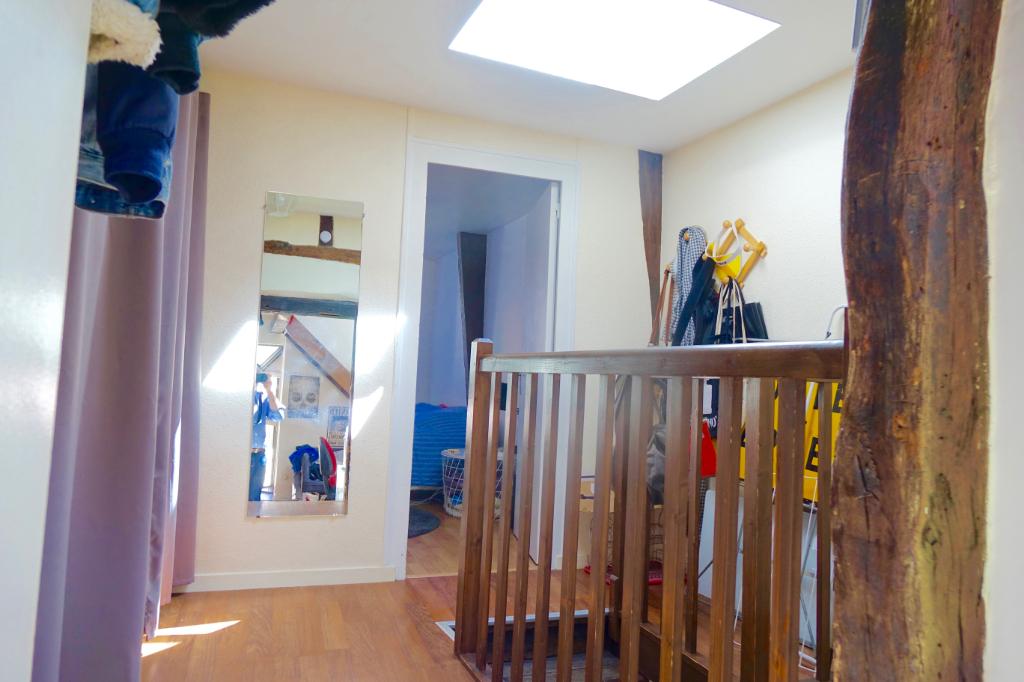 TOURS HALLES. Duplex de charme loué, au dernier étage, très lumineux.