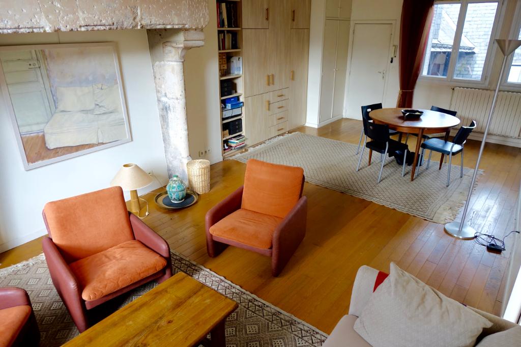 TOURS CATHEDRALE. Appartement type 2 de caractère avec balconnets et cave.