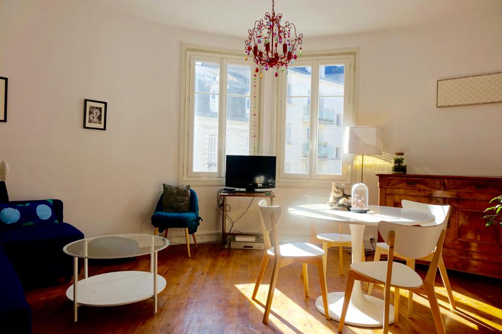 TOURS PREBENDES. Bel appartement de caractère avec 3 chambres et cave.