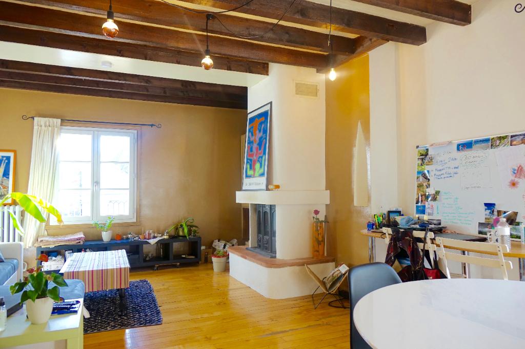 TOURS CATHEDRALE. APPARTEMENT EN DUPLEX DE CARACTÈRE TYPE 3 DE PLUS DE 81 m²  AVEC CAVE.