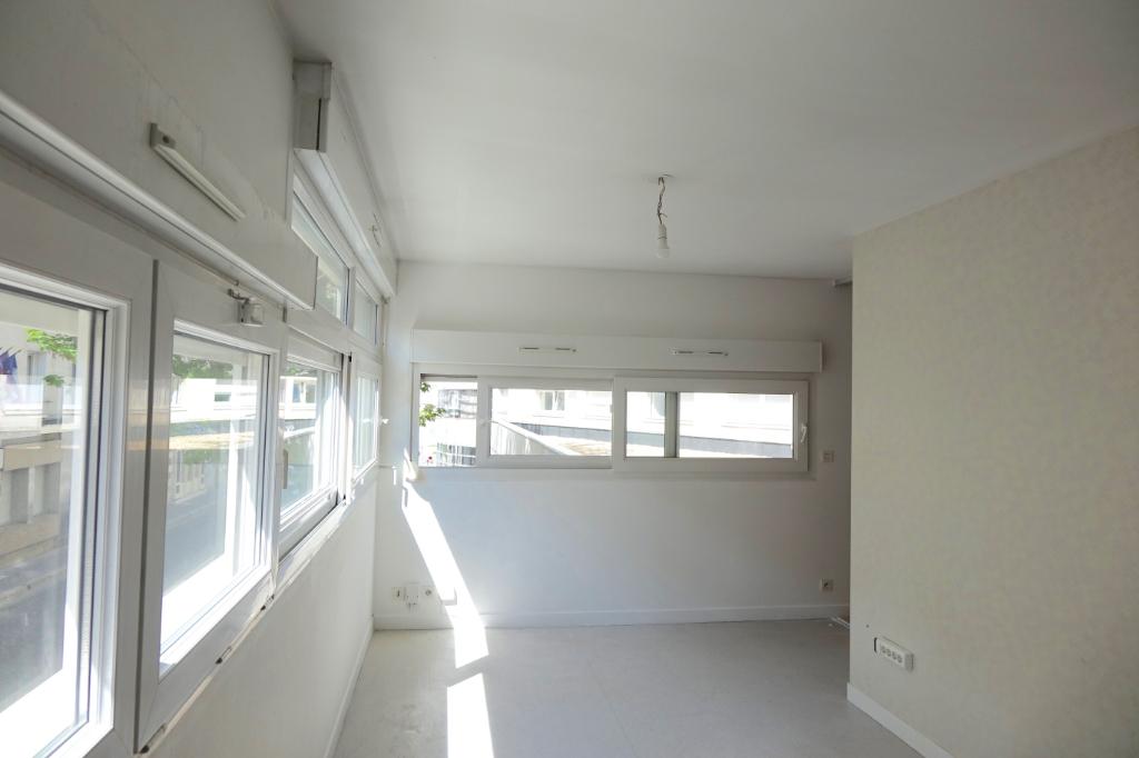 TOURS GARE. Appartement T2  de 32 m2 au 1er Etage avec place de parking.